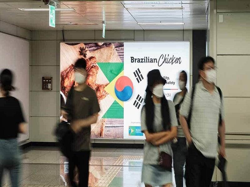 Publicidade de frango brasileiro em estação de mettrô de Seu/Divulgação ABPA